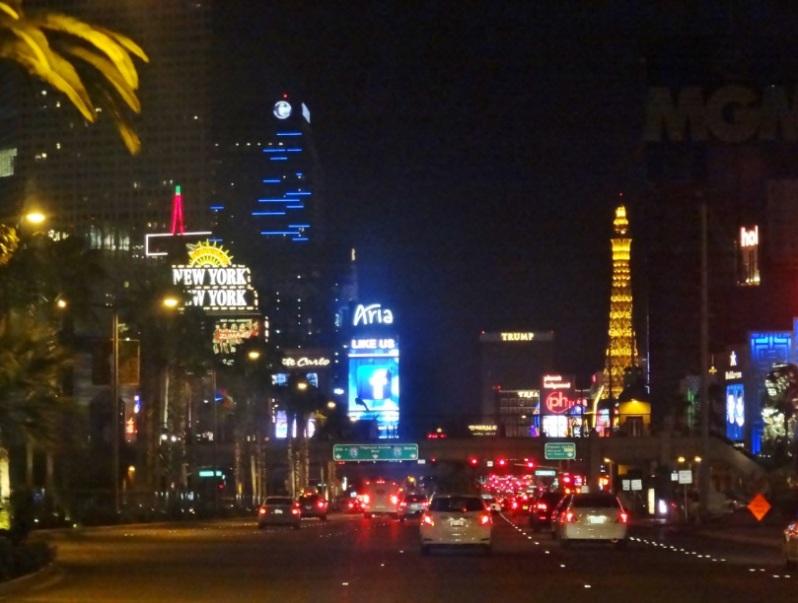 A principal avenida de Vegas durante a noite.